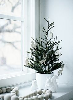 Scandinavian Christmas decoration in the window with Christmas tree. Decorations Christmas, Small Christmas Trees, Noel Christmas, Scandinavian Christmas, Simple Christmas, Xmas Tree, Winter Christmas, Minimalist Christmas, Beautiful Christmas