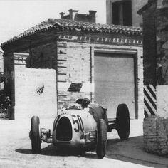 1936 Coppa Acerbo, Pescara : Bernd Rosemeyer, Auto Union Type C #50, Auto Union AG, Winner. (ph: © Heritage Images)