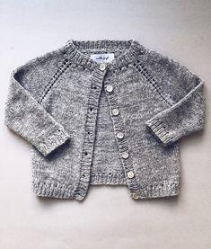 Cardigan med simple detaljer der giver et fint hulmønster v Baby Cardigan Knitting Pattern, Knitted Baby Cardigan, Baby Knitting Patterns, Sweaters And Jeans, Baby Sweaters, Girls Sweaters, How To Purl Knit, Knitting For Kids, Knitwear