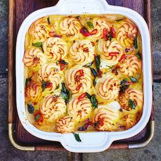 Deze verrukkelijke currypastei slaat je om de oren met een waanzinnige gelaagde smaakstructuur, in combinatie met de gebruikelijke delicate vis en krokante aardappelkorst. Als je dit bij een feestelijk etentje op tafel zet scoor je niet alleen punten...