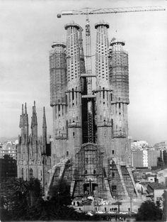 Image 26 of 38 from gallery of AD Classics: La Sagrada Familia & Antoni Gaudi. Photograph by Expiatory Temple of the Sagrada Família Barcelona Sights, Visit Barcelona, Barcelona City, Barcelona Catalonia, Antonio Gaudi, Kirchen, Amazing Architecture, Old Photos, Madrid