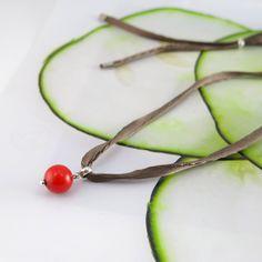 Pingente de coral chinês no cordão de seda e acabamento em prata 950 - R$45,00. À venda na loja online: www.atelierluguerra.com.br