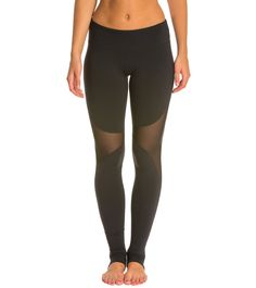 The dos and donts of yoga leggings Stirrup Leggings, Yoga Leggings, Black Leggings, Coloured Leggings, Colored Pants, Types Of Yoga, Workout Attire, Yoga Tops, Comfortable Outfits
