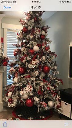 Elegant Christmas Trees, Traditional Christmas Tree, Christmas Tree Design, Christmas Tree Themes, Christmas Tree Decorations, Farmhouse Christmas Decor, Country Christmas, Red Christmas, White Flocked Christmas Tree