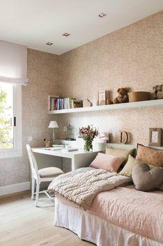 dormitorio infantil con papel pintado y escritorio en tonos rosa_00451963