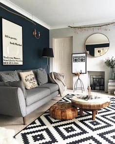 Farrow and Tanzfest Dunkelblaues Wohnzimmer Farrow and Tanzfest Dunkelblaues Wohnzimmer Blue Feature Wall Living Room, Navy Living Rooms, New Living Room, Living Room Interior, Living Room Decor, Beige Carpet Living Room, Living Room Colors, Creation Deco, Living Room Inspiration