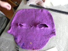 На валяние сумки у меня ушел целый день, приблизительно 8 часов. На валяние цветков, длинной ручки, непосредственно декорирования, вшивание молнии и т. д. еще 1,5 дня. Для сумки я приготовила кардочес двух цветов: темно-фиолетовый и лиловый. В результате выбрала лиловый. Для декорирования использовала топс зеленого и оранжевого цвета. Его я подкладывала под шифон-полиэстер оранжевого и…