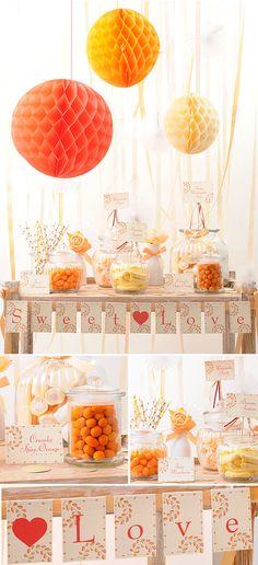Mesa de chucherías alegre y refrescante, en tonos coral, naranja y marfil ¡muy de moda!
