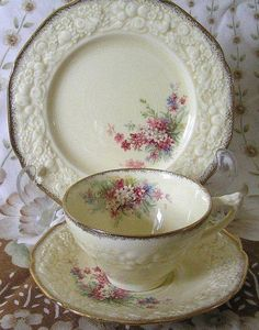 so lovely.  I sent a message to Deby who uploaded it.  I hope she answers and knows the pattern & the manufacturer Vintage Cups, Vintage China, Tea Sets Vintage, Antique China, Vintage Dishes, My Cup Of Tea, Bule, China Porcelain, Porcelaine De Sevres