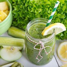 Grüner Smoothie mit Apfel, Ananas, Gurke, Spinat und Zitronensaft
