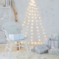 Needleless and extremely low-maintenance: A Christmas tree that doesn't need decorations. Create the tree with LED fairy lights that are fixed to the wall with transparent hooks. Christmas Tree Out Of Lights, Wall Christmas Tree, Handmade Christmas Tree, Christmas Bedroom, Woodland Christmas, Modern Christmas, Blue Christmas, Christmas Home, Diy Academy