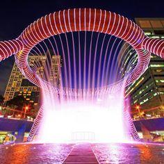 must visit banget ini, Fountain of Wealth di salah satu mall di Singapore, The Suntec City. udah termasuk Fountain yang terbesar di dunia masa kita gak liat :D. apalagi Laser show, Music Dediction dan yang gak kalah serunya Laser Dediction message. aku , sahabatku dessy dan ka tian bisa main air disini hahaa @singasik #SGTravelBuddy
