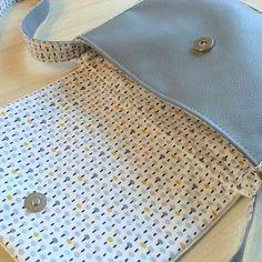 Déjà cousu l'été dernier, le sac besace de Merci Giroflée est une valeur sûre. Voici une version avec l'extérieur en simili cuir et un intérieur dans un joli coton.