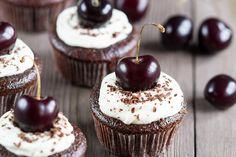 Mini Cupcakes, Cupcake Cakes, Lebkuchen Cupcakes, Black Forest Cupcakes, Cupcake Recipes, Muffin, Deserts, Food, Powdered Sugar