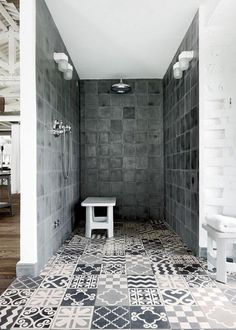 Carocim Italian designer Paola Navone transformed and redesigned a old factory in Umbria. The sq ft space features 52 windows, an Ergofocus fireplace and leather armchairs & custom tiles throughout designed by Navone. Warehouse Renovation, Warehouse Apartment, Eclectic Tile, Open Showers, Italian Home, Italian Style, Rustic Italian, Modern Shower, Tile Design