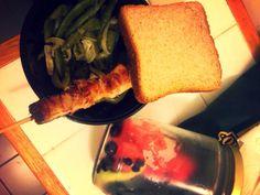 Καλαμάκια με φασολάκια σωτέ, ψωμί σίκαλης και φρουτοσαλάτα