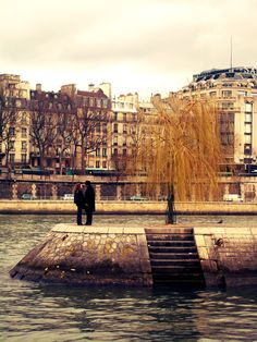A great moment I captured in the middle of the Seine river in Paris..I really love this city..the definition of romance <3 #paris #travel