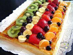 Banda de hojaldre, crema y frutas