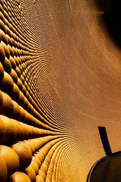 """Pared de cuentas / 400.000 cuentas de madera componen los paneles acústicos en Genexis Fusionopolis """"teatro en Singapur, diseñado por Kisho Kurokawa"""