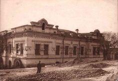 * Casa Ipatiev * Nesta Casa, os membros da Família Imperial do Czar Nikolai II foram covardemente assassinados em 1918, pouco depois da Revolução Bolchevique de 1917. No local da Casa foi erguida a Igreja do Sangue. * Ekaterimburgo, Rússia.