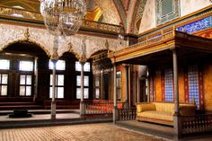 A look at the secret rooms of the Topkapi Palace (Palace of the Sultan) in Istanbul! Istanbul Tours, Istanbul Turkey, Islamic Architecture, Interior Architecture, Throne Room, Secret Rooms, Museum, Old World