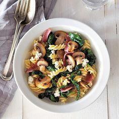 Recept - Fusilli met rauwe ham en champignons - Allerhande Pasta voor 2 pers. I.p.v. de roomkaas verse pesto doen (hiermee de spinazie wokken) Parmaham gebruiken