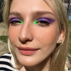 Lila und neongrünes Make-up kühne Augen grafische weiche Haut matt 80s Makeup, Cute Makeup, Pretty Makeup, Skin Makeup, Makeup Art, Prom Makeup, Eyebrow Makeup, Purple Makeup, Makeup For Green Eyes