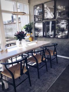 Hej fina ni! Tänkte att jag skulle bjuda på lite bilder på mina Ikea hacks här hemma. Jag gillar verkligen att mixa Ikea med lite dyrare designklassiker och personliga detaljer för att få till en härlig mix här hemma:) Däremot låter jag sällan mina Ikea möbler bara vara, utan vill förhöja dom på mitt vis göra dom Personliga för vårt hem. Nu finns det företag som gör jätte bra delar till Ikea möbler för att ändra om precis som man vill:) Bemz gör soff tyg, Superfront har allt från ben…
