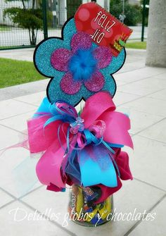 detalles Candy Bouquet, Balloon Bouquet, Balloon Delivery, Balloon Gift, Weird Gifts, Chocolate Bouquet, Diy Centerpieces, Birthday Diy, Balloon Decorations