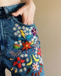 denim bordado por tessa perlow bordado a mano # bestickte jeans von tessa perlow handstickerei Hand Embroidery Patterns, Embroidery Stitches, Embroidery Designs, Embroidery Kits, Diy Jean Embroidery, Embroidery On Clothes, Simple Embroidery, Sewing Stitches, Embroidery Fashion