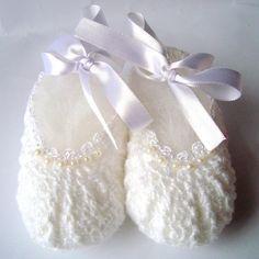 """Sapatinho de crochê para bebê feito em fio 100% algodão branco, com aplicação de mini pérolas e amarração em fita de cetim. <br>Muito delicado para uma ocasião tão especial! <br> <br>*Pode ser feito em outras cores e nos seguintes tamanhos: <br>- RN <br>- 0 a 2 meses <br>- 3 a 6 meses <br>- 6 a 9 meses <br> <br>** Informe o tamanho no ato da compra em """"adicionar observação"""". www.elo7.com.br/hariartes"""