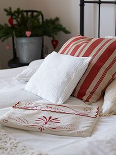 Red and white stripes and embroidery bedding Anna Truelsen inredningsstylist Swedish Cottage, White Cottage, Cottage Style, Swedish Decor, Country Christmas, Red Christmas, Christmas Bedroom, Linen Bedroom, Linens And Lace