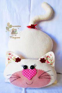 Girassóis Mágicos: Gatinha em Feltro Fabric Toys, Felt Fabric, Fabric Crafts, Sewing Toys, Sewing Crafts, Sewing Projects, Fabric Animals, Felt Animals, Felt Cat