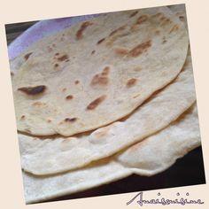 Ne plus acheter les tortillas (ou galettes de blé) au supermarché. Pour une dizaine de galettes : - 400g de farine - 220 ml d'eau tiède - 50 ml d'huile...