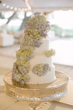 hydrangea topped cake   Photography By / evanlaettner.com/