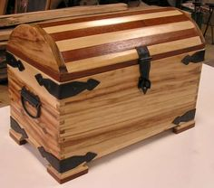 Wood Shop Projects, Wooden Projects, Wood Crafts, Wooden Trunks, Wooden Chest, Easy Woodworking Ideas, Woodworking Furniture, Diy Log Cabin, Wooden Hinges