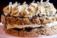Dette er en drøm av en kake! Kahluakake lages av marengsbunner med brunt sukker og hasselnøtter. Kaken fylles og dekkes med mørk sjokolade og en helt fantastisk kahluakrem som er basert på både smørkrem, pisket kremfløte og kremost. Mektige saker med andre ord!  Kahlualikøren gir nydelig, mild kaffesmak.