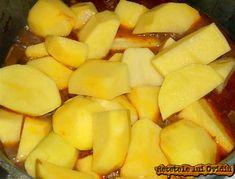 Adaugam cartofii taiati bucati mai mari - Papricas de cartofi cu carne de porc Mai, Carne, Cantaloupe, Pineapple, Fruit, Pork, Pine Apple