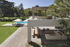 SAOTA – Stefan Antoni Olmesdahl Truen Architects together with VIVID Architects and ANTONI ASSOCIATES designed the Silverhurst House in Cape Town, South Africa.