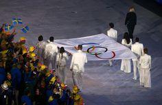 Cerimônia de abertura da Olimpíada - 5/8/2016 A bandeira olímpica entra no Maracanã com Emmanuel (vôlei de praia), Torben Grael (vela), Marta (futebol), Joaquim Cruz (atletismo), Sandra Pires (vôlei de praia) e Oscar Schmidt (basquete).imagem: DAVID GRAY/REUTERS
