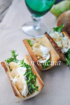 barchette di pane con gorgonzola, pere e noci