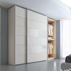 Este armario blanco està nel dormitorio, sirve para mantener la ropa en orden!