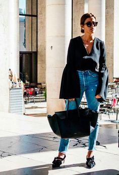 Look com mom jeans + camisa preta com manga bufante e mule.