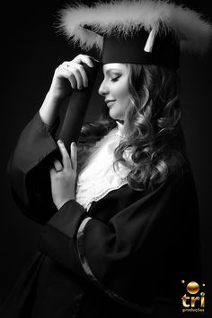 Graduation should be celebrated as the day of success, a long and challenging process. Creative Shot For Graduation, College Senior Pictures, Graduation Picture Poses, College Graduation Pictures, Graduation Portraits, Graduation Photoshoot, Graduation Photography, Grad Pics, Cap And Gown Pictures
