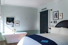 Diy Home : Illustration Description Steal This Look: Luxe Bedroom at the New NoMad Hotel in Los Angeles -Read More – Nomad Hotel Los Angeles, Luxury Hotel Design, Luxury Hotels, Bedroom Lighting, Light Bedroom, Luxury Bedding, Modern Bedding, A Boutique, Interior Design