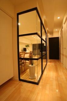リビングの壁がガラスになっていると、採光のない廊下にも良いかも!