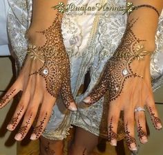 Maquilleuse et tatoueuse au henné - GALERIE GEOMETRIQUE