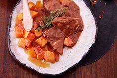 Das Rezept für Hähnchen in Schokososse mit Tomaten-Kürbis-Gemüse mit allen nötigen Zutaten und der einfachsten Zubereitung - gesund kochen mit FIT FOR FUN