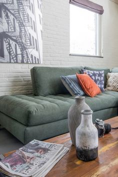 Trendhopper ● Kies voor een neutrale kleur bank. Zo kan je oneindig variëren met gekleurde kussens. (STIRLING bank)
