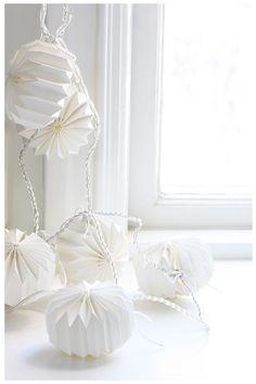 String of white paper origami lights All White, Pure White, Cream White, White Christmas, Christmas Diy, Homemade Christmas, Christmas 2019, Holiday, Blanco White